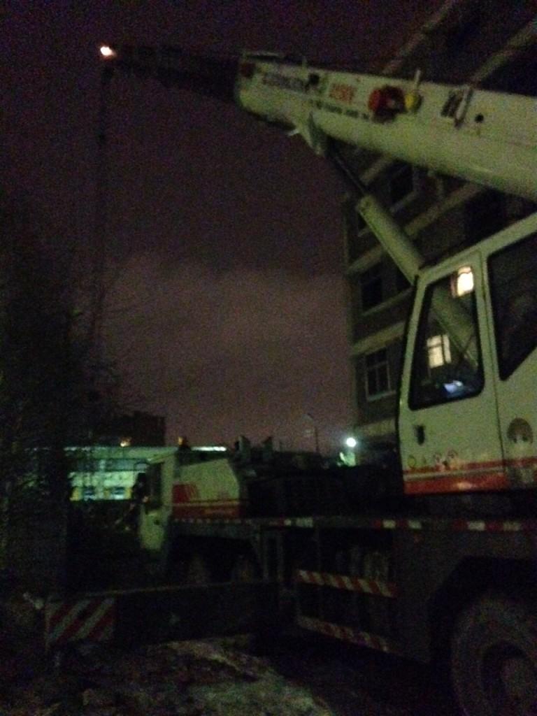 Автокран производит погрузку на демонтаже башенного крана Terex Comedill CTT91 в Пскове