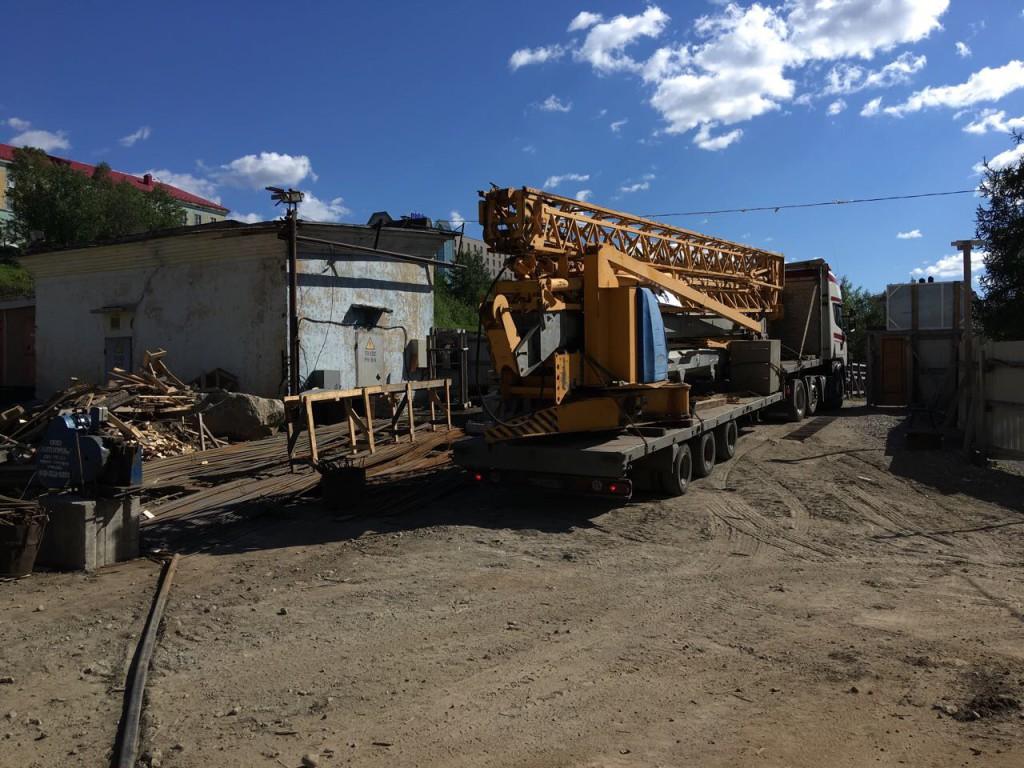 Завоз быстромонтируемого башенного крана Potain IGO50 на строительную площадку в Мурманске