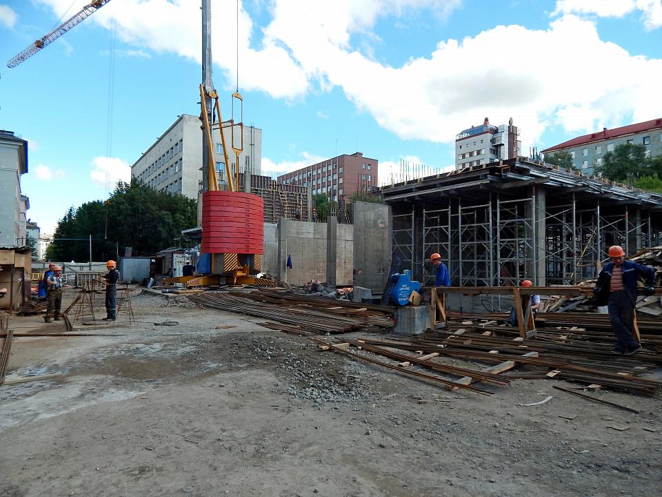 Быстромонтируемый башенный кран Potain IGO 50 на строительном объекте в Мурманске