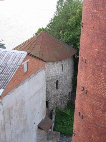 Та самая Мстиславская башня, вид с крыши основного задния ТЭЦ. Рядом - труба дымоуловителя, высотой 54 метра