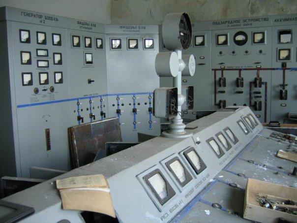 2009 год, машинный зал  станции. В журнале, лежащем на пульте, последняя запись датируется 2004 годом.